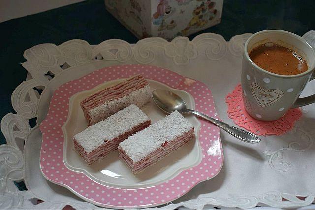 POSNA ROZEN TORTA S KOKOSOM I CRVENIM VOĆEM