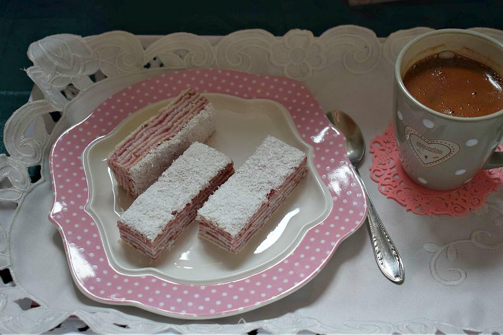 Posna rozen torta sa kokosom i crvenim voćem